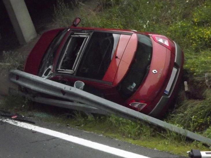 """Der Lenker des Renault """"parkte"""" sein Auto hinter der Leistschiene."""