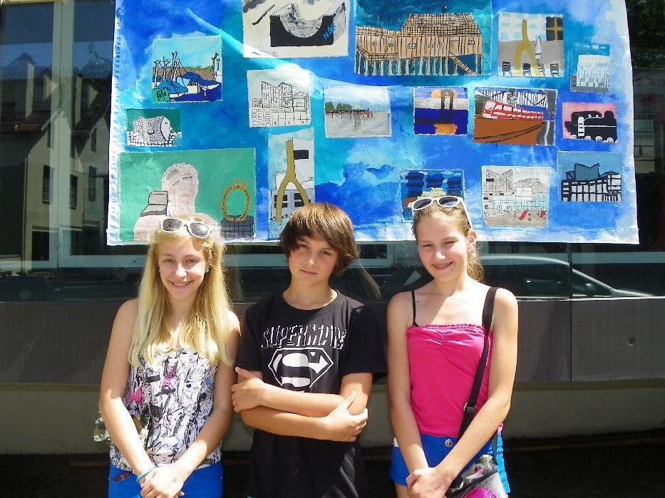 Selina, Dejan und Anastasia von der 2b präsentierten ihre Werke