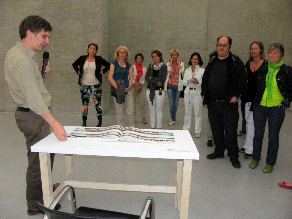 Winfried Nußbaummüller führte die Pädagogen durch die Ausstellung