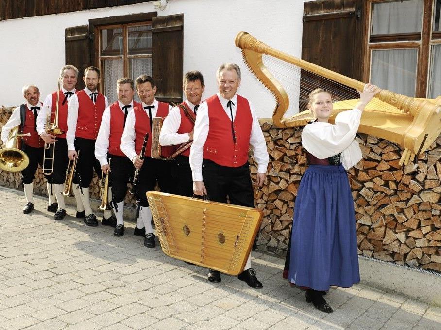 Muntafuner Tanzbodamusig spielt nach dem Eröffnungskonzert zum Dämmerschoppen auf.