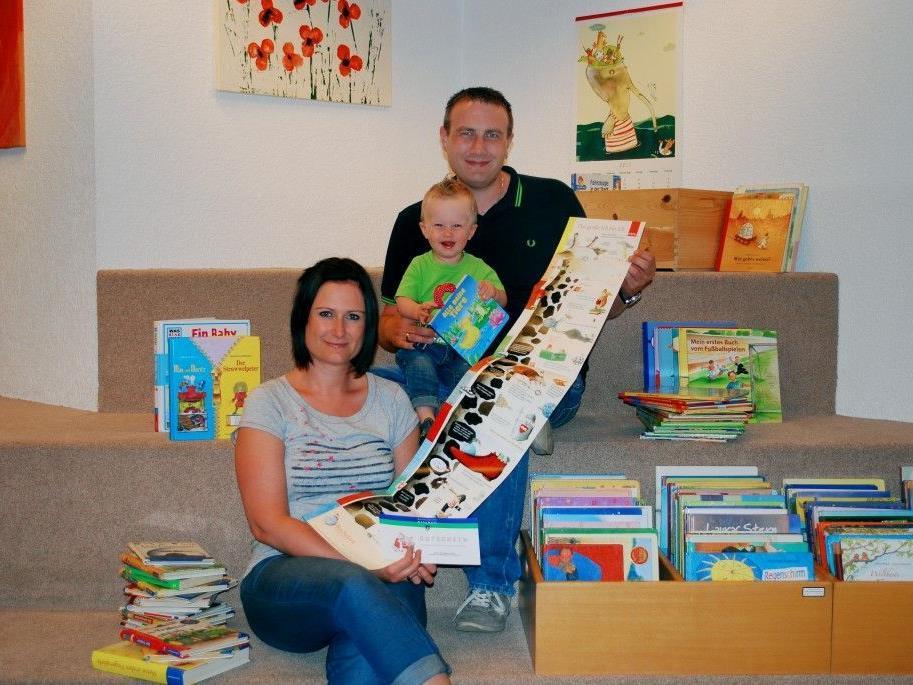 Familie Bader beim Einlösen des Lesegutscheins in der Bibliothek Rankweil