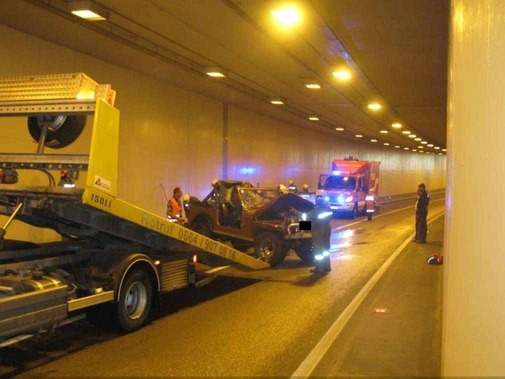 Die Freiwillige Feuerwehr räumte die Unfallstelle in St.Georgen im Attergau.