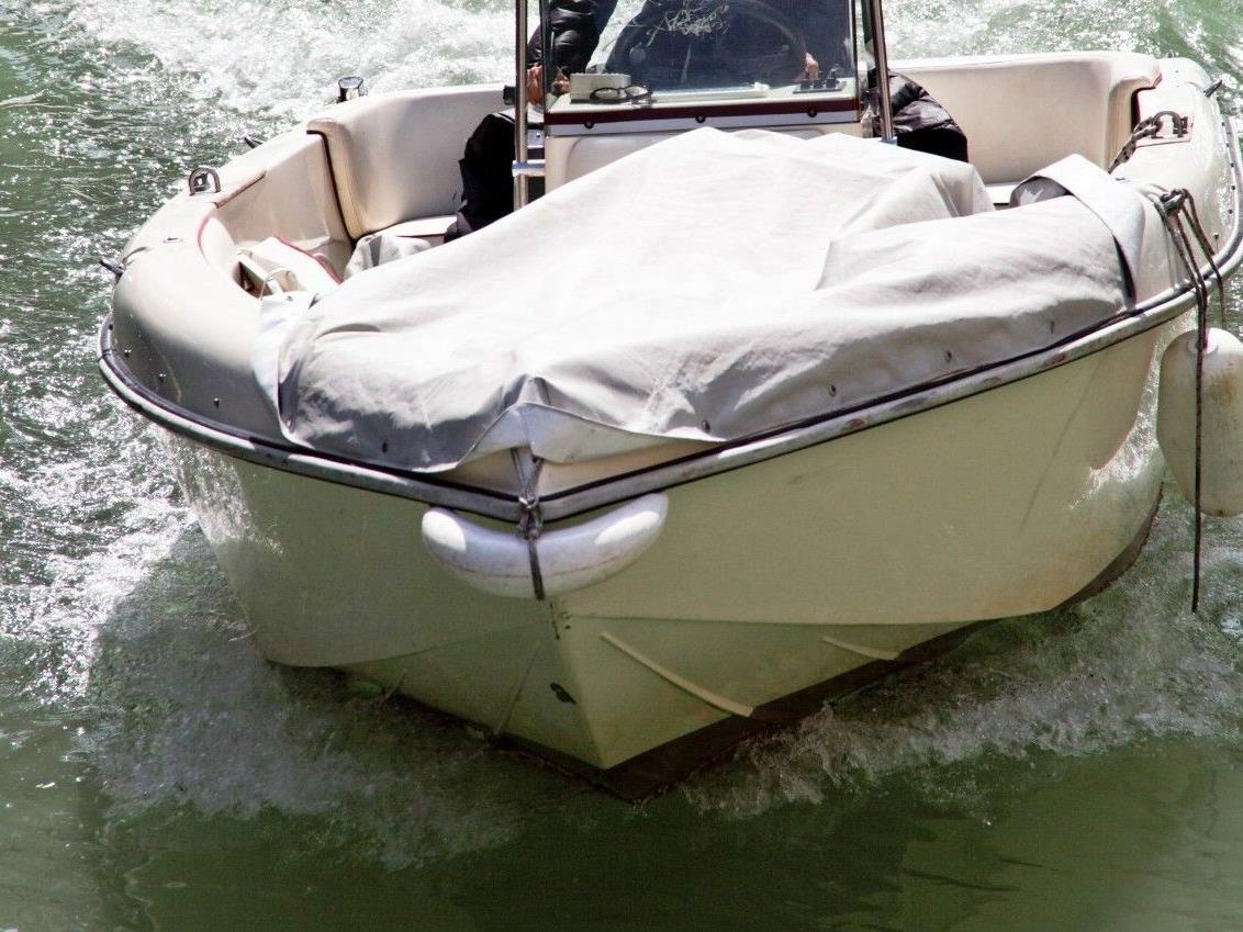 Wasser gelangte ins Innere des Bootes.