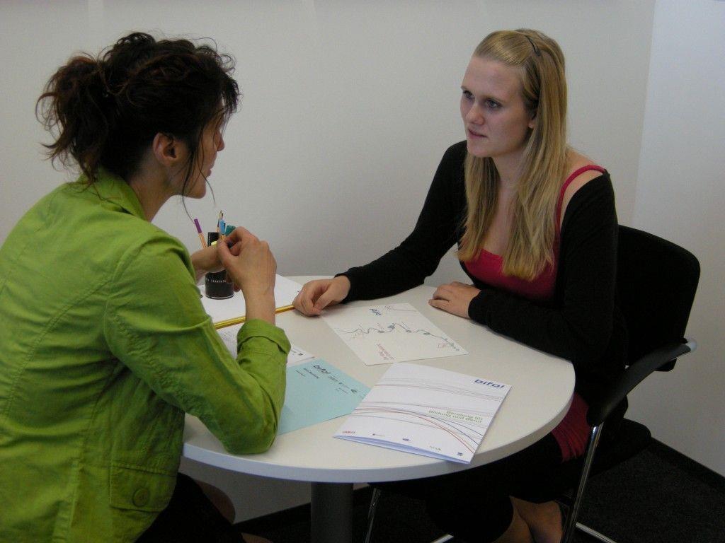 Die BIFO-Bildungsberaterin geht während der Beratung auf die persönliche Situation des Jugendlichen ein.