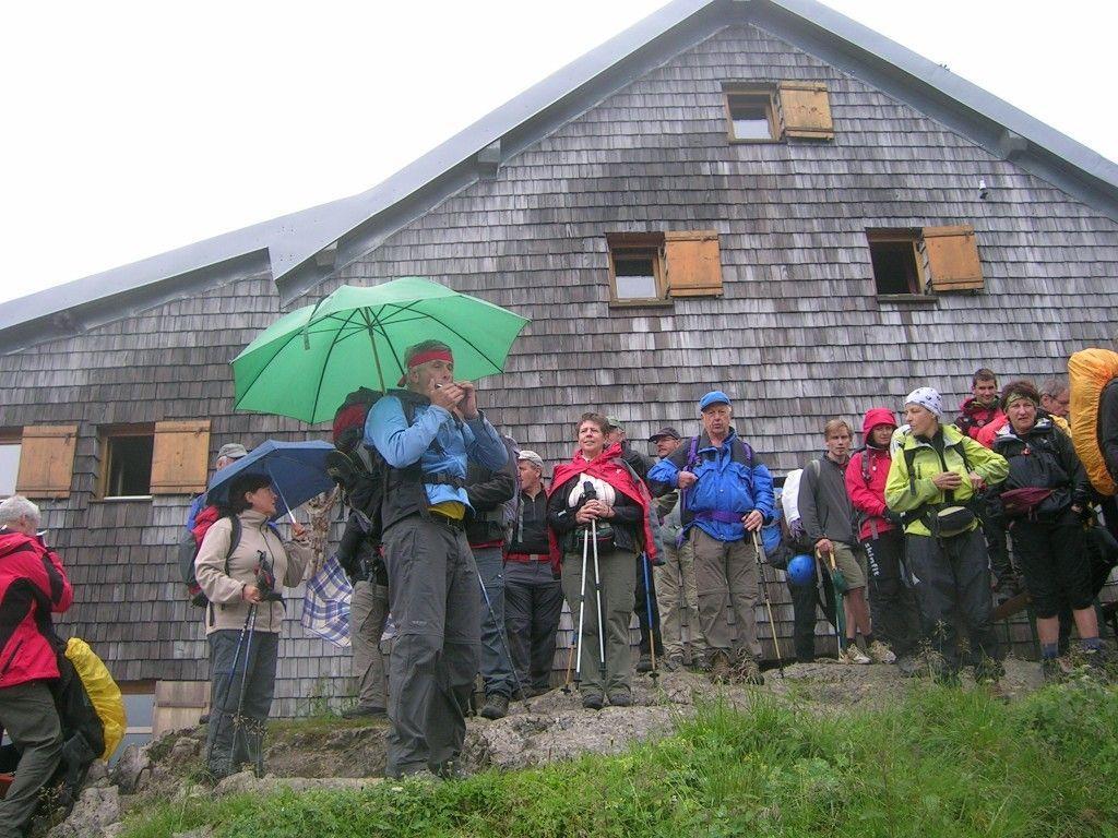 Der Alpenverein Nenzing am 22.7.2012 vor der Coburger Hütte
