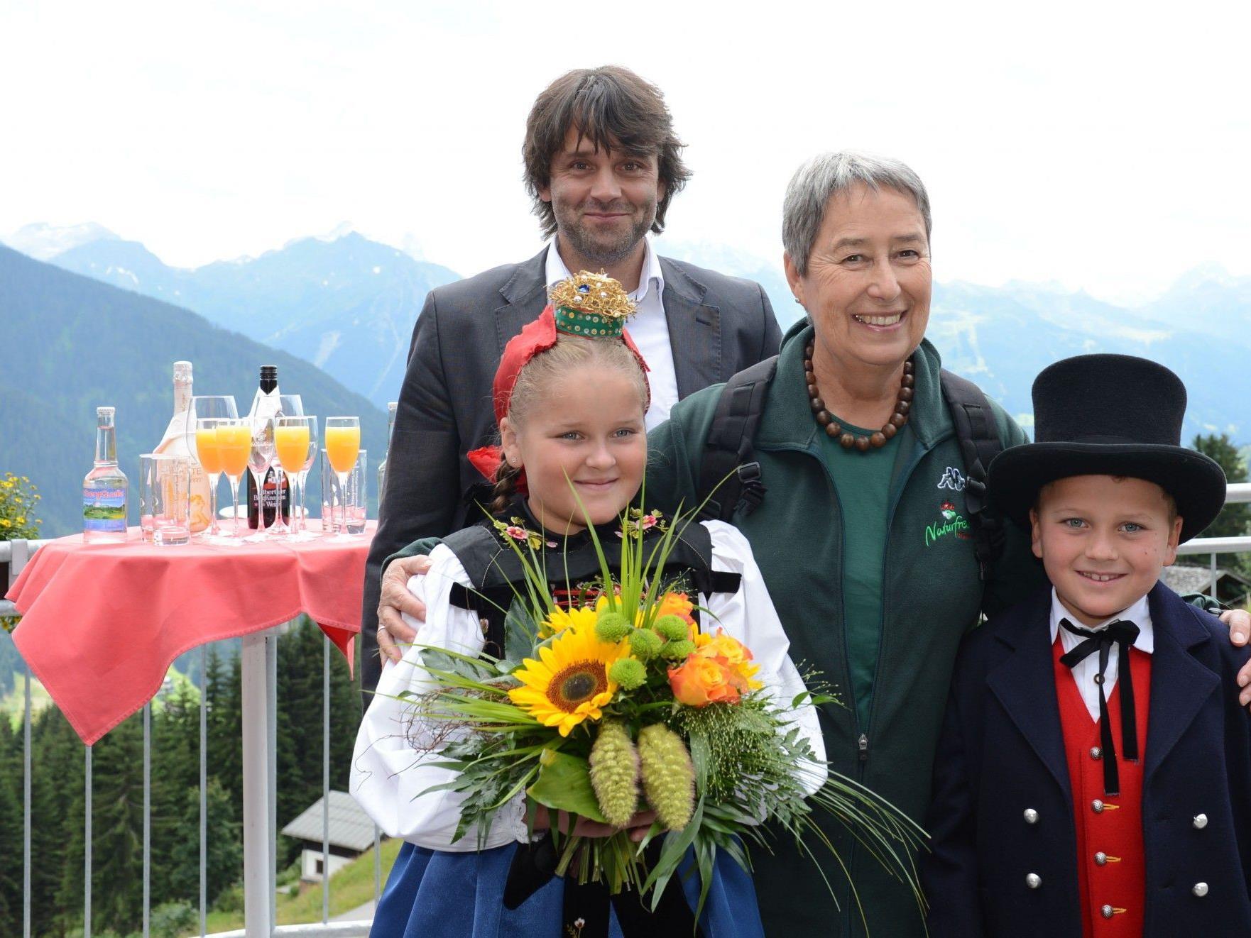 Bundespräsidentengattin Margit Fischer mit Bürgermeister Thomas Zudrell und Trachtenkindern aus dem Silbertal.