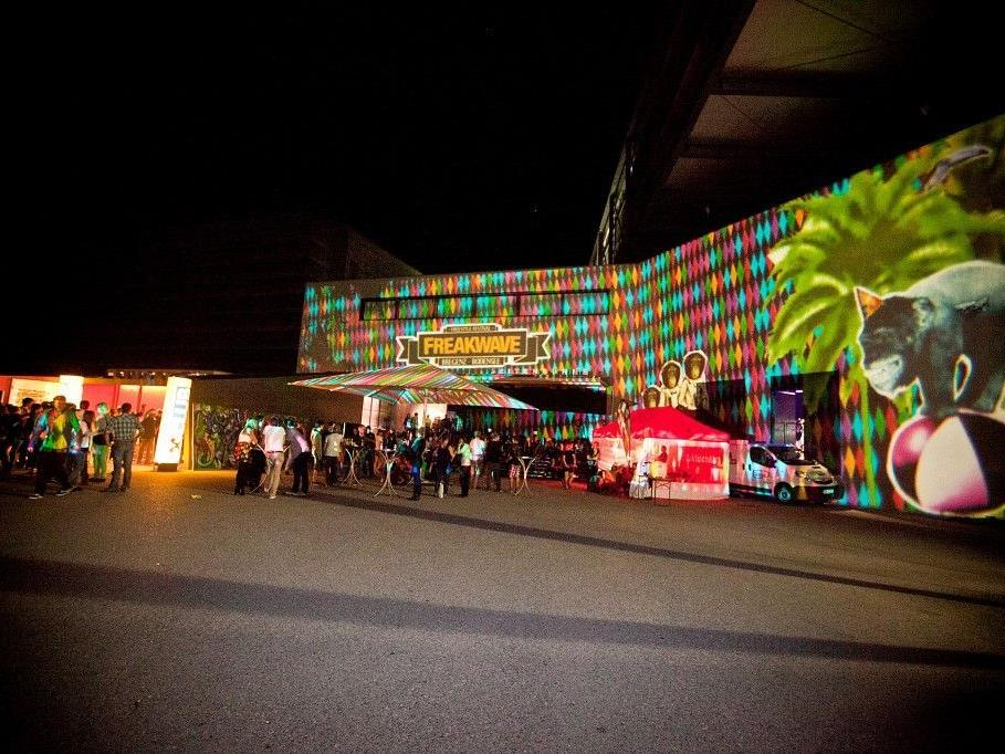 Die Visual Art-Kollektive Neon Golden und Luma.Launisch tauchen das Festspielhaus mit ihren Installationen wieder in neues Licht.