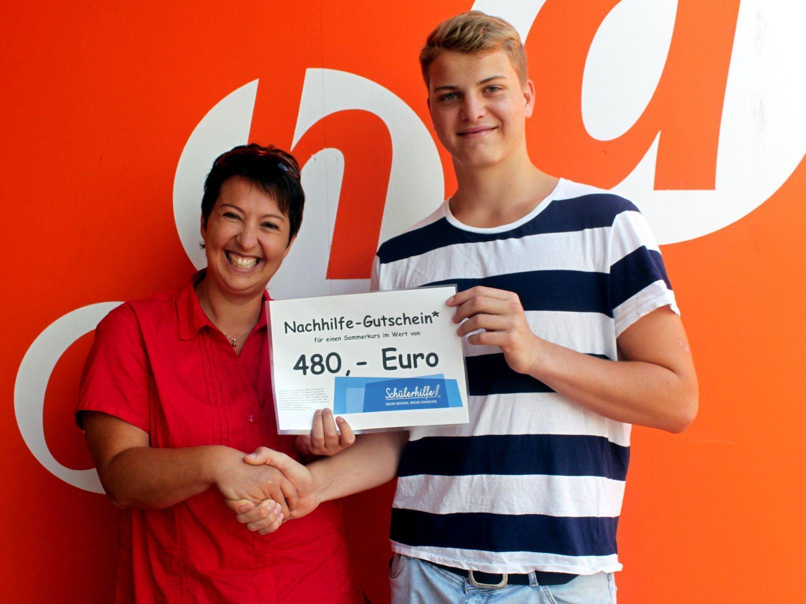 Mag.a Mirjam Müller von der Schülerhilfe überreicht Clemens Dür den Gutschein vom aha-Gewinnspiel.