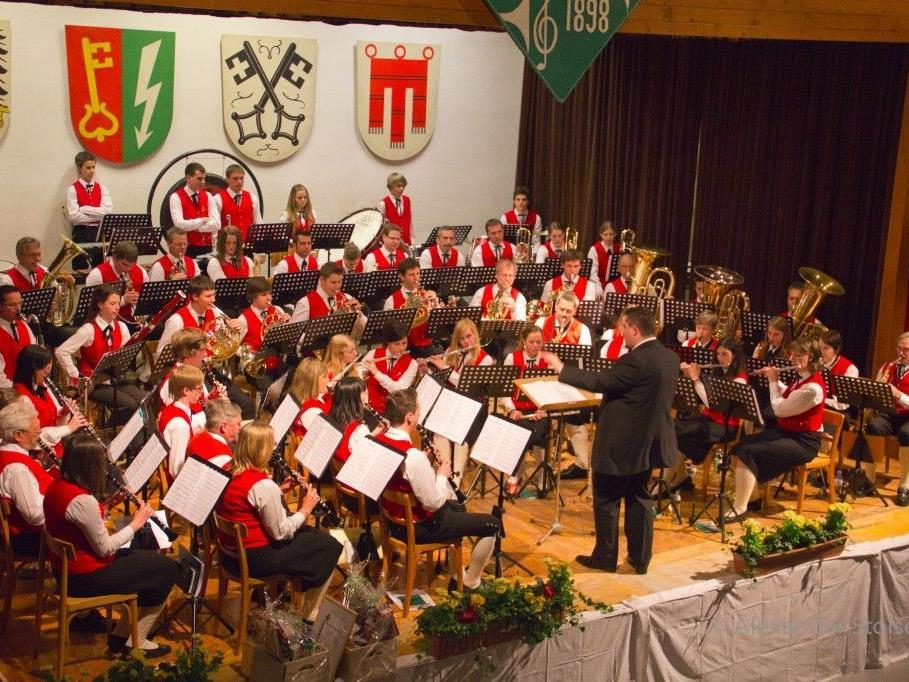 Bei Platzkonzerten und Dämmerschoppen freuen sich die MusikerInnen der HMV auf Ihren Besuch.