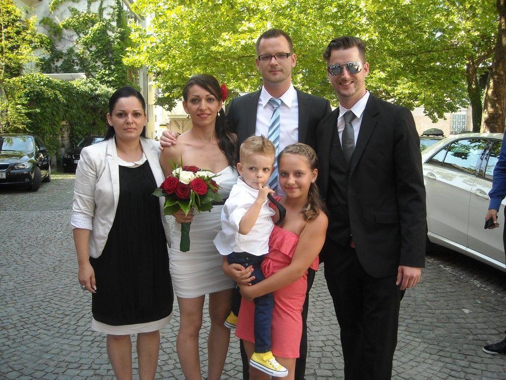 Das glückliche Paar mit den Kindern und den Trauzeugen.