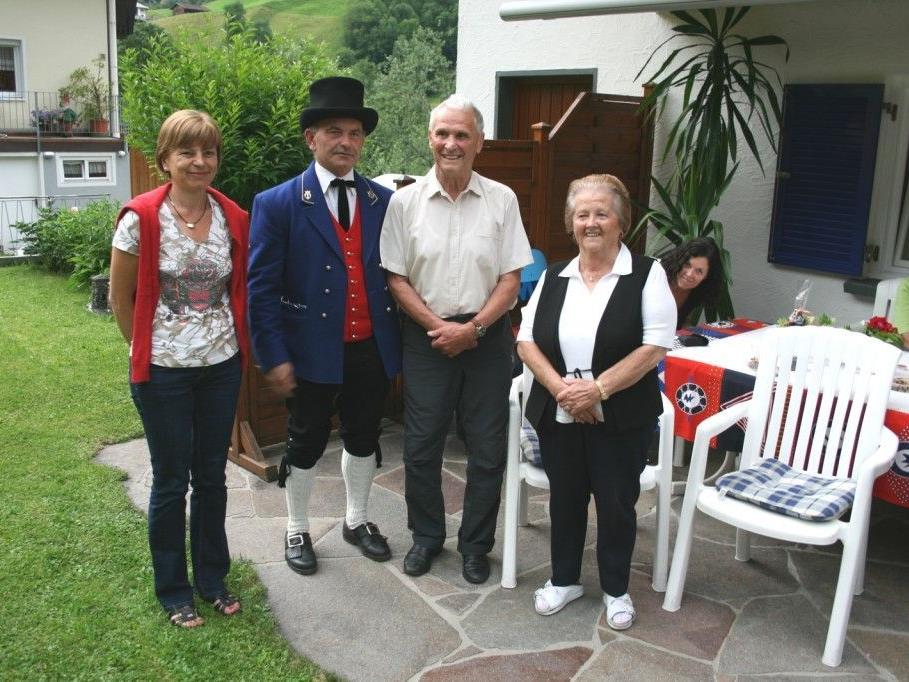 Der Jubilar mit Gattin Anni, Kapellmeister Alfons Melmer sowie Vize-Bürgermeisterin Anita Dönz