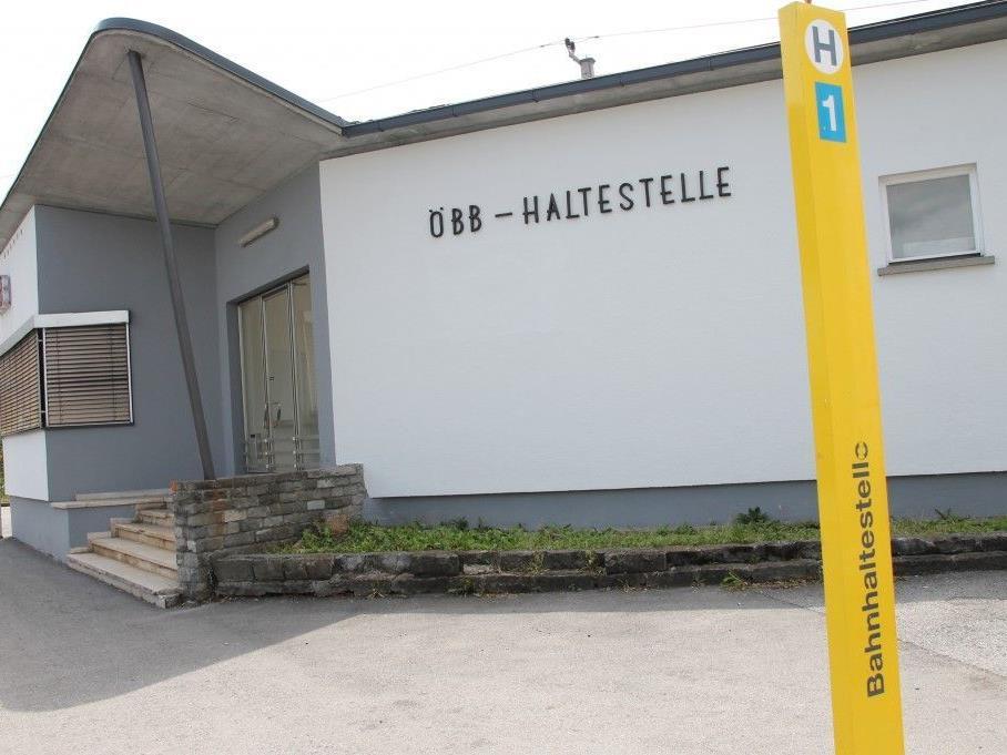 Bushaltestelle am neuen Ort vor der ÖBB-Haltestelle