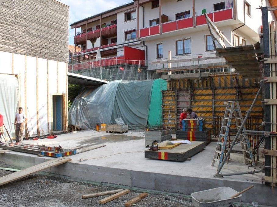 Aushub und Betonierung der Bodenplatte sind bereits erfolgt. Derzeit laufen die Arbeiten zur Betonierung der Seitenwände.