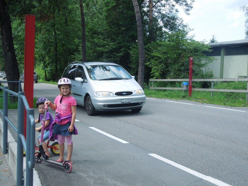 Der Übergang bei der Haltestelle Stiglingen wird vor allem von vielen Spaziergängern und Kindern genutzt. Hier wäre ein Schutzweg sehr sinnvoll.