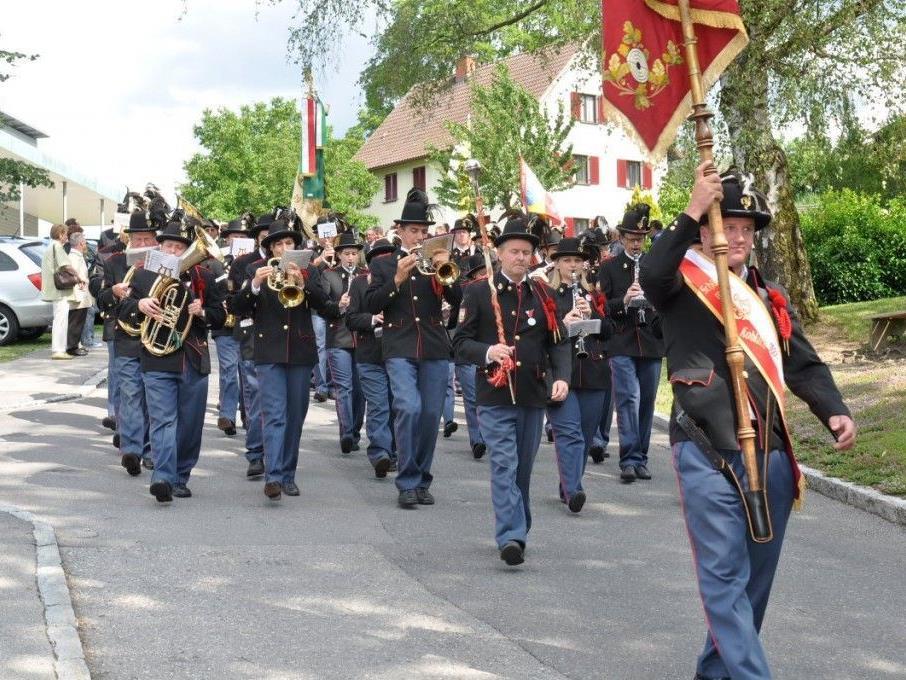 Angeführt vom Schützenmusikverein erfolgte nach dem Gottesdienst der Aufmarsch zum Festplatz.