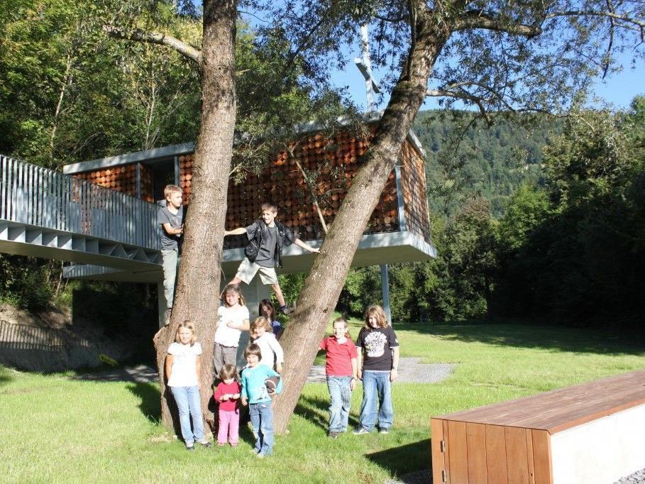 Kinder vor der Familienkapelle Fraxern