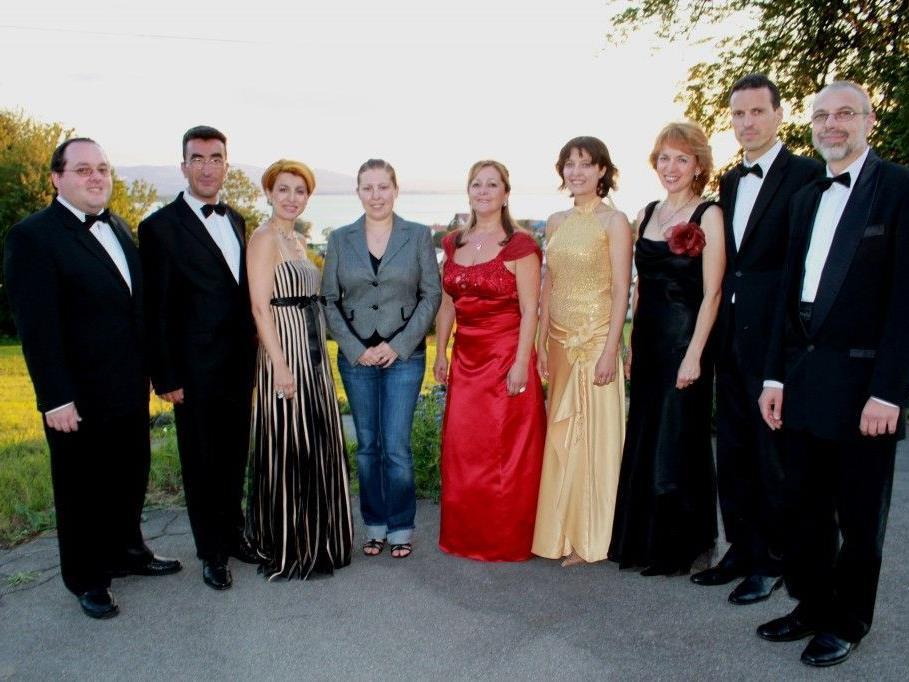 """Solistenensemble """"Madrigal Sofia"""", im Bild mit Kulturreferentin Vera Fechtig, war auch in diesem Jahr in Lochau zu Gast."""
