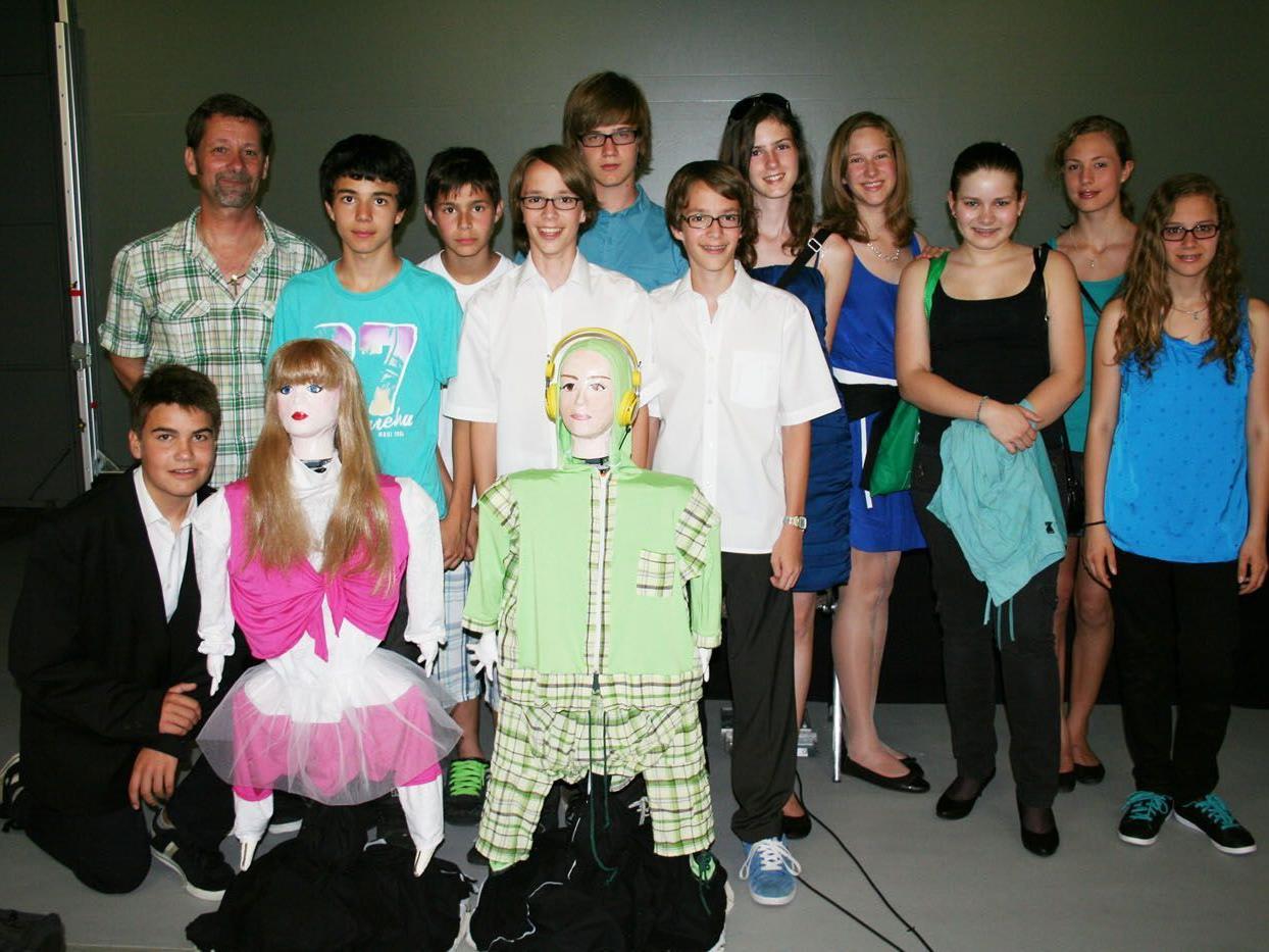 """Die 4b der Mittelschule Nenzing mit ihren """"Erfolgs-Robotern""""."""