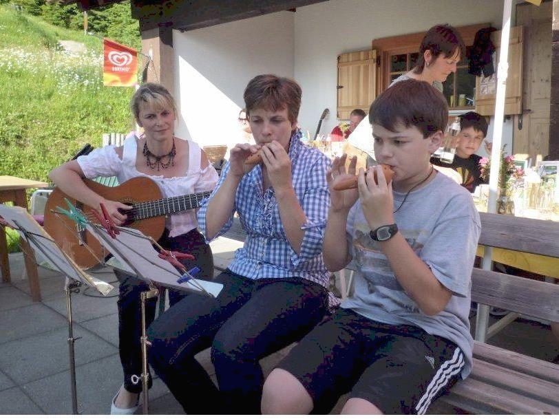 Schüler und Lehrer beim gemeinsamen Musizieren auf dem Tafamunt.