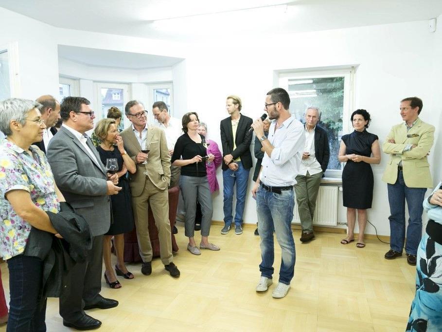 Zahlreiche interessierte Besucher bei der Ausstellungseröffnung in der Hospiz Galerie Bregenz
