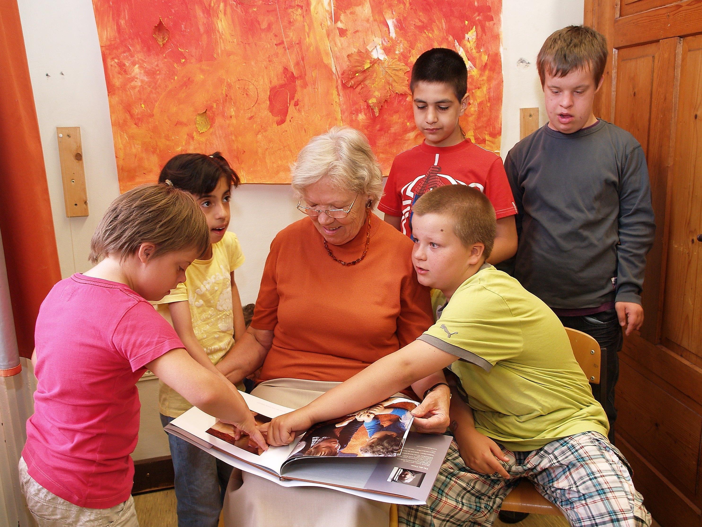 Die Schriftstellerin Elisabeth Amann mit den Kindern der Förderklasse.