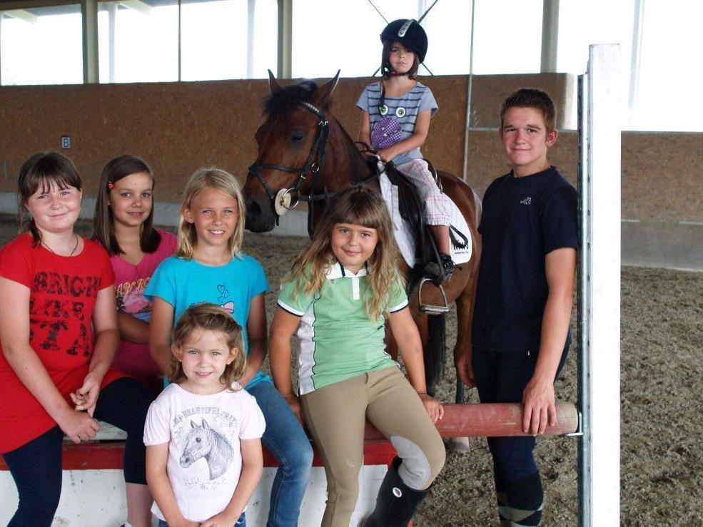 Alexander Bösch mit den glücklichen Reiterinnen.