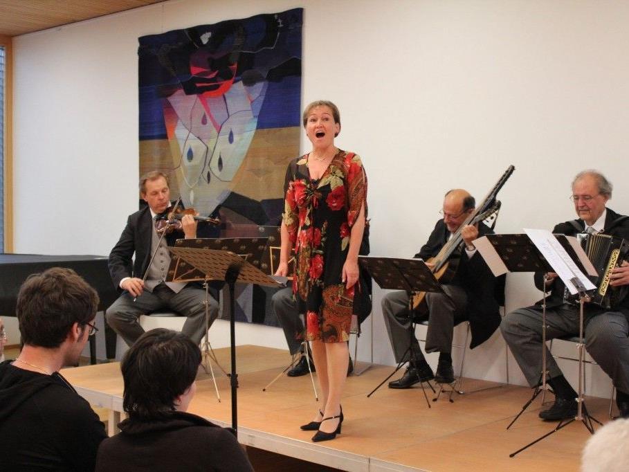 Sängerin Birgit Plankel und das Symphonische Schrammelquintett.