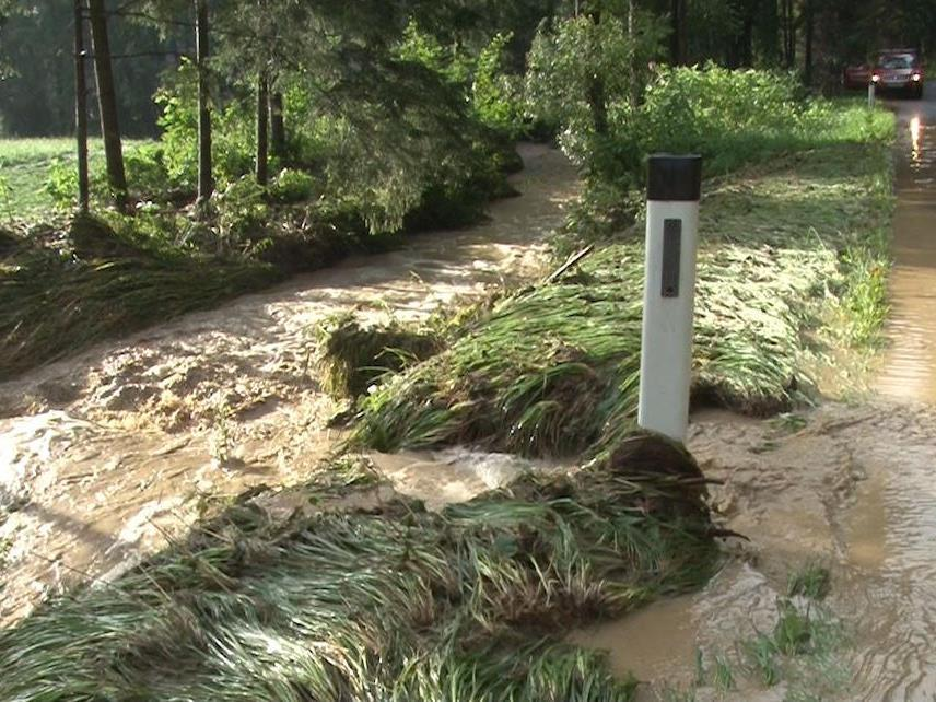 Schwere Unwetter ließen erneut Bäche über die Ufer treten.
