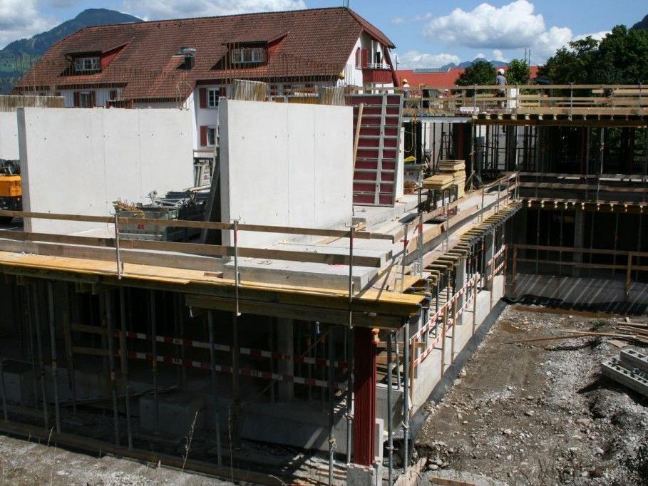 Die Bauarbeiten für das Nenzinger Sozialzentrum liegen gut im Plan.