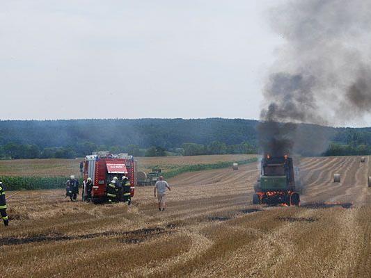 Im Bezirk Neunkirchen sorgte eine brennende Strohpresse für einen Feuerwehr-Einsatz