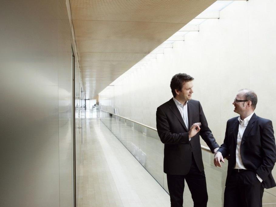 Michael Diem (kaufmännischer Geschäftsführer der Bregenzer Festspiele GmbH und der Festspiel- und Kongresshaus GmbH) und Gerhard Stübe (Geschäftsführer der Festspiel- und Kongresshaus GmbH) bündeln das große Know-how beider Unternehmen ab sofort in einer gemeinsamen Kommunikationsabteilung. (