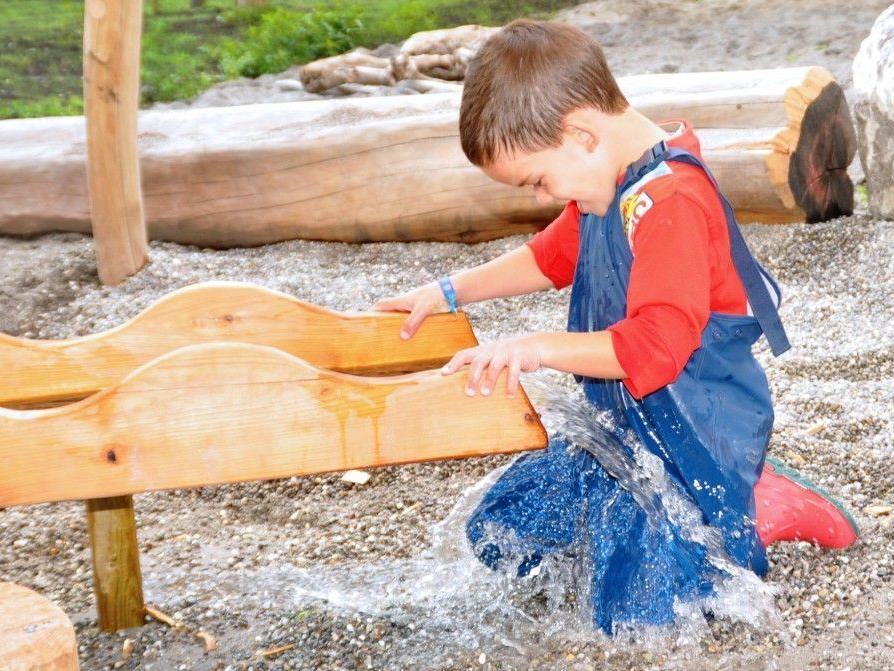 Francesco ist ganz begeistert von den Wasserspielen beim Spielplatz im Erlach.