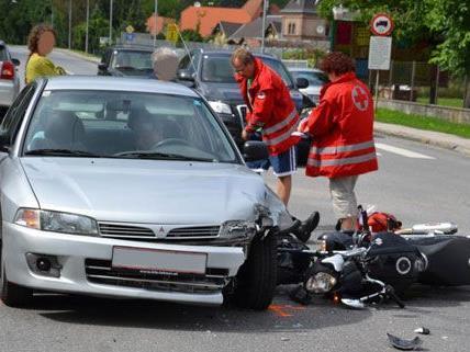 Ein Motorradlenker wurde bei dem Unfall auf der B18 am Sonntag verletzt.