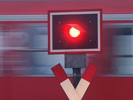 Trotz Rotlicht wollte die Pkw-Lenkerin den Bahnübergang in Klosterneuburg überqueren.