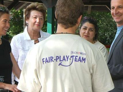An ihren Shirts und Taschen sind die Mitarbeiter der Fair Play-Teams leicht erkennbar.