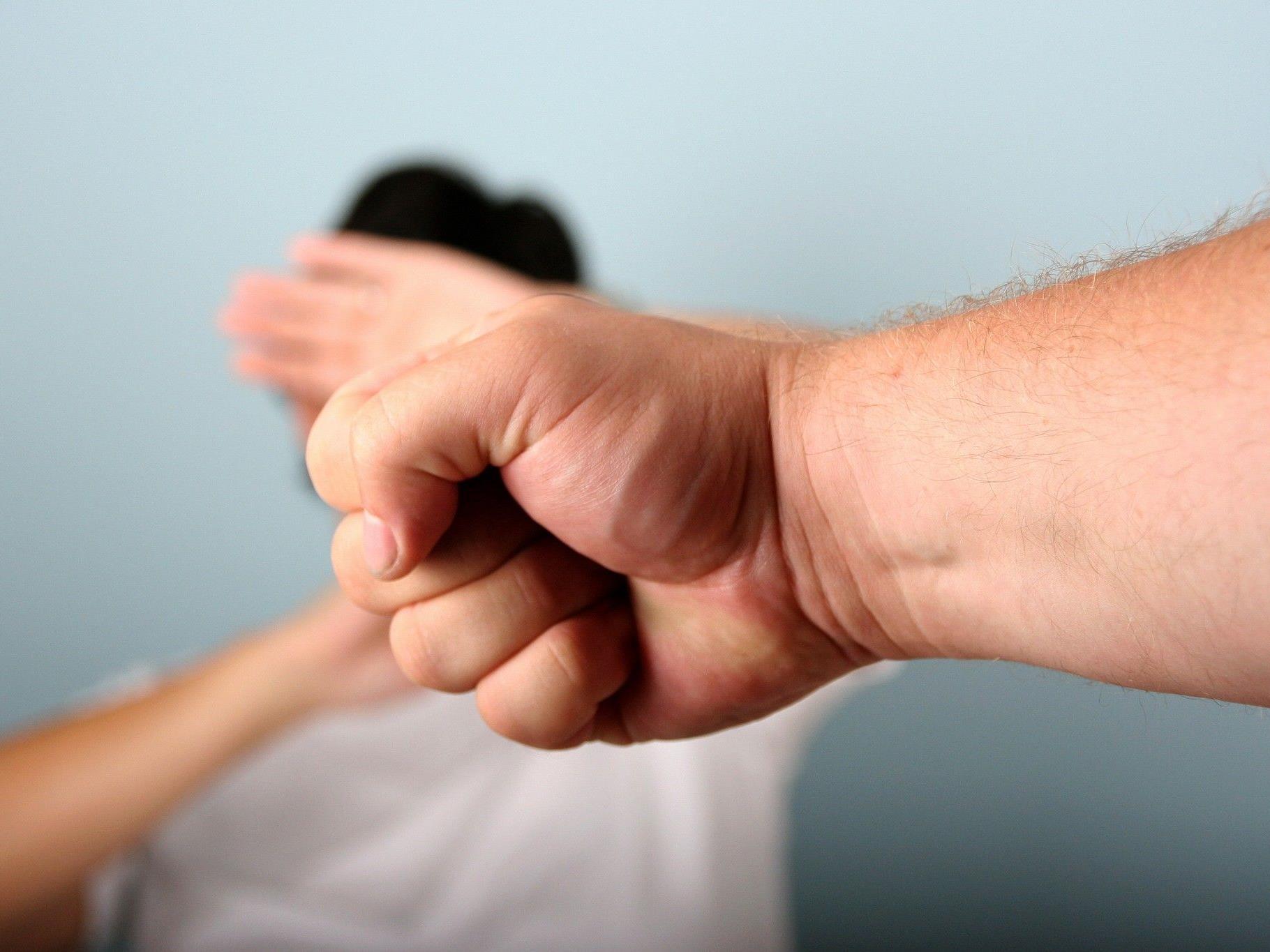 Vater räumte ein, dass er seine Tochter mit der Faust geschlagen hat.