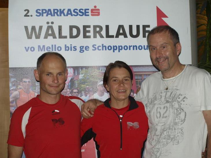 Laufgruppenchef Kurt Nußbaumer (l.), Andrea Kaufmann-Meusburger und Ex-Rubachtaler Dieter Nußbaumer machten in Bezau Werbung für den Wälderlauf und die Laufgruppe