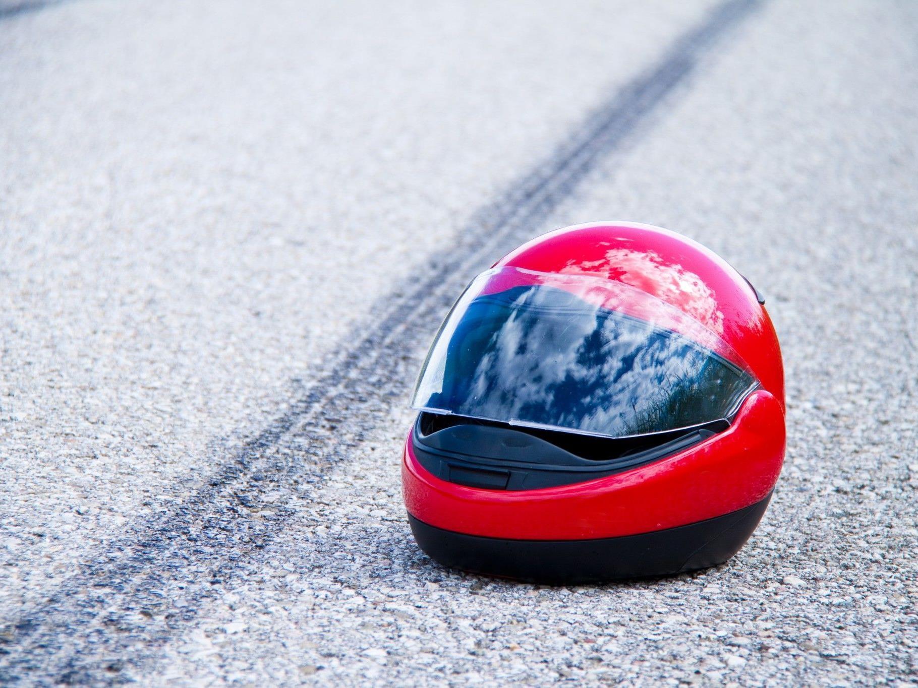 Der Biker zog sich bei dem Unfall schwere Verletzungen zu.