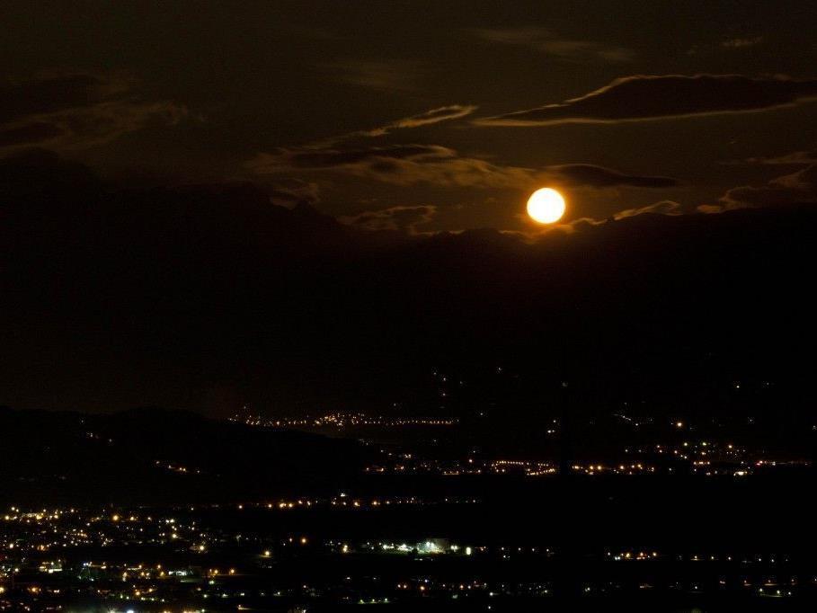 Beinahe-Vollmond über dem Rheintal am Montag 30.07.2012 um 2:42 Uhr