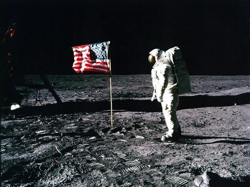 Auf diesem Archivbild der NASA vom 20. Juli 1969 ist Edwin 'Buzz' Aldrin vor der nun fehlenden US-Flagge zu sehen.