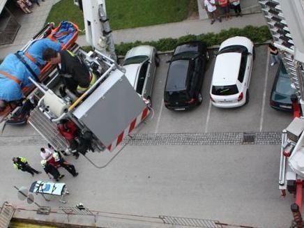 Der Übergewichtige wurde mit einer Teleskopmastbühne aus seiner Wohnung im fünften Stock ins Freie und weiter in den Krankenwagen gehoben.