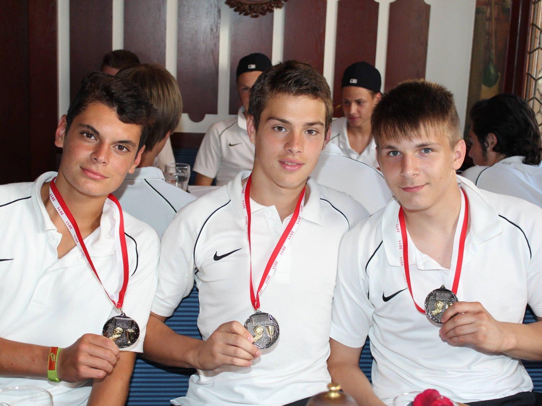 Stolze U17-Nachwuchskicker Reinhard Bergmann, Stefan Jakovljevic und Stefan Jasovic.