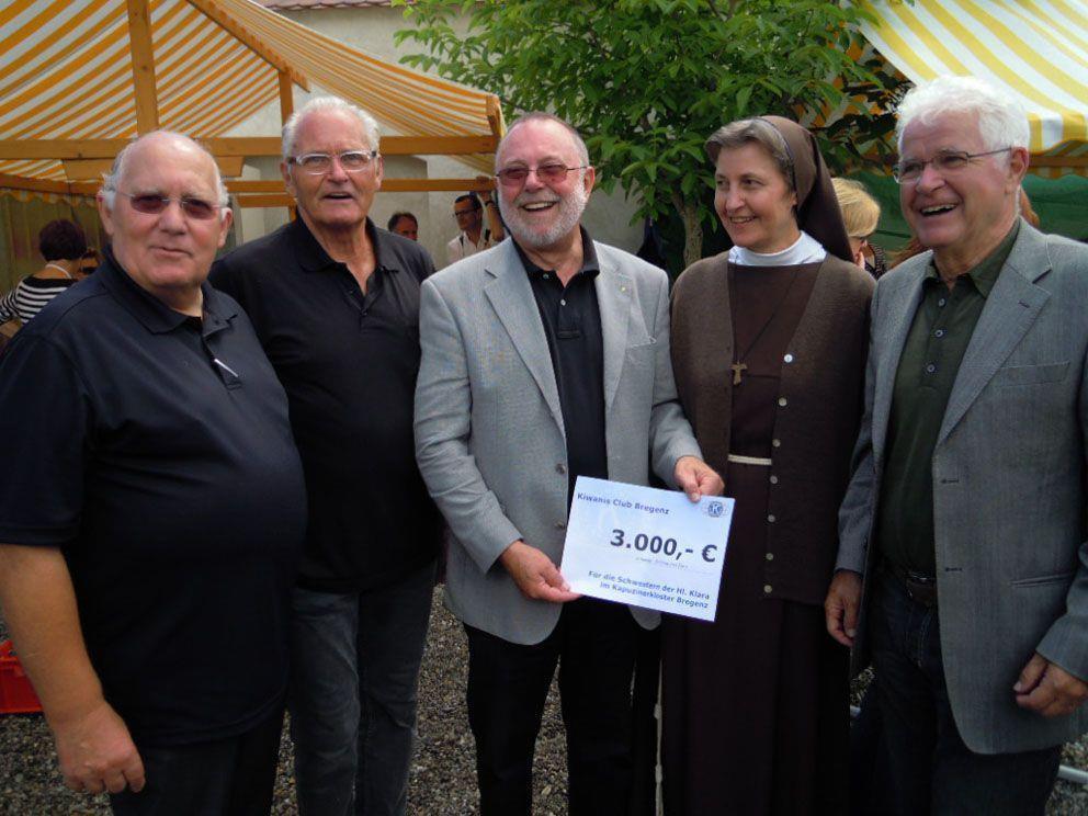 Kiwanis-Scheckübergabe anlässlich des Benefizkonzerts im Klostergarten.