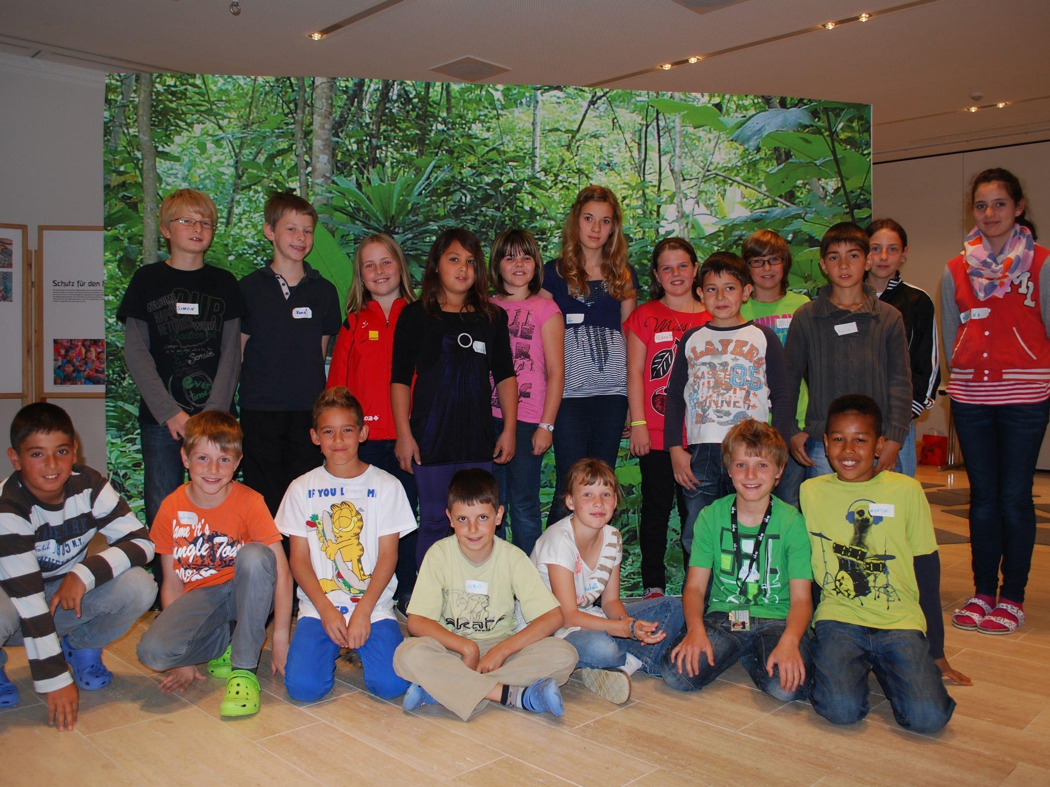 Die vierte Klasse der Volksschule Montfort bei der Klimabündnisausstellung mit dem Schwerpunkt Regenwald