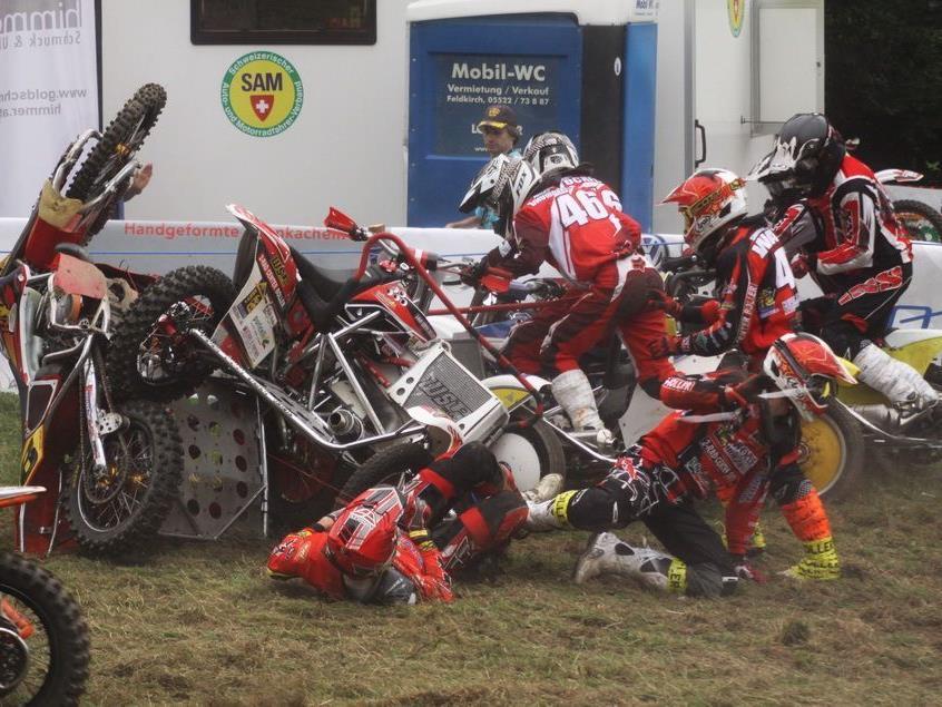Beim SAM-Seitenwagenrennen gab es gleich zu Beginn einen Massensturz.