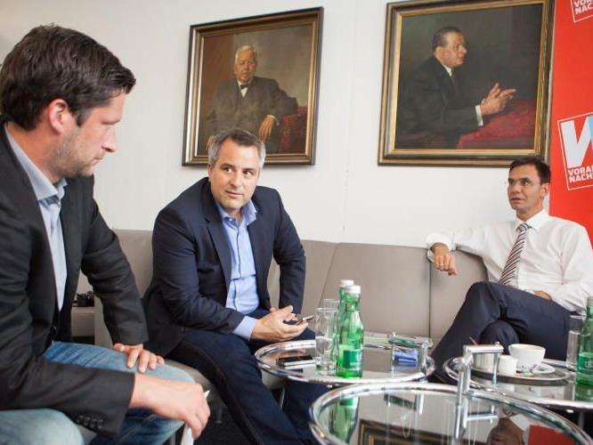 Landeshauptmann Wallner im Gespräch mit VN-Chefredakteur Christian Ortner und VN-Politikexperte Andreas Dünser (v.r.).