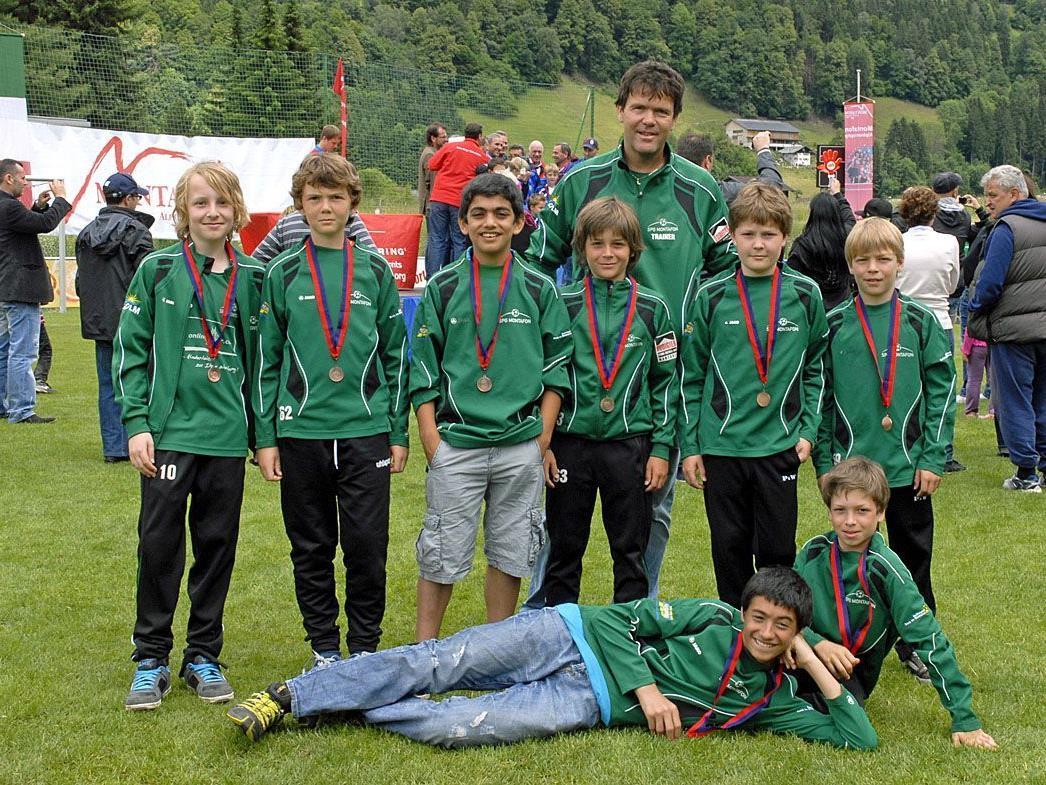 Einige Spieler der SPG Montafon U12 mit Nobi Schlatter bei der Montafon Alpine Trophy im Juni 2012