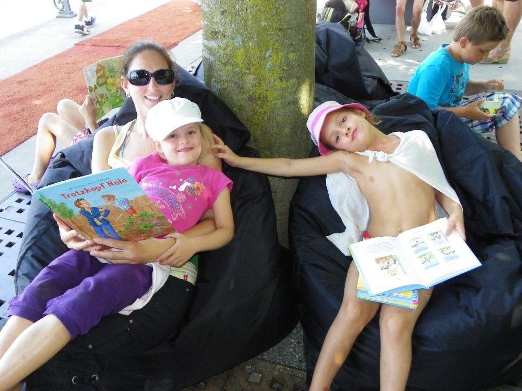 Auch Elena und Sophia aus Schruns machten mit ihrer Mama einen Ausflug zum StadtLesen