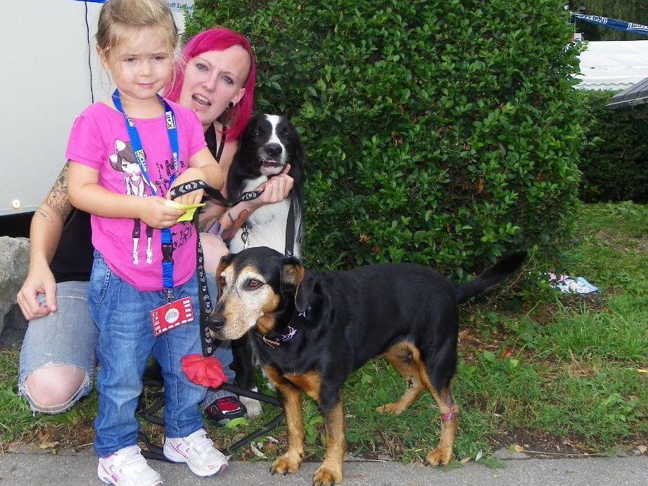 Emely liebt Hunde und möchte auch einmal eine gute Hundeführerin werden