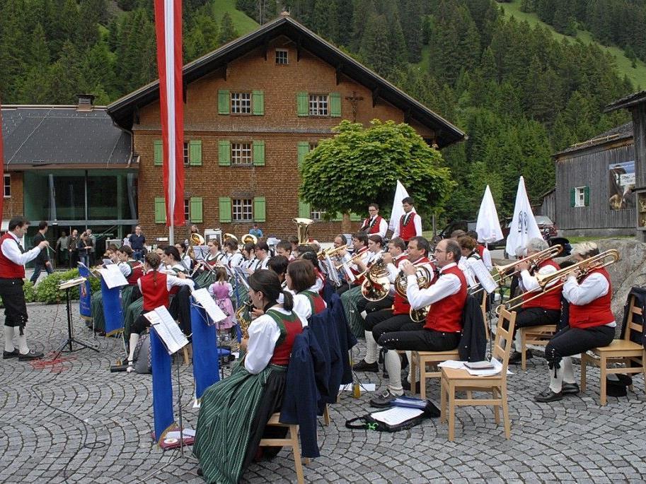 Frühschoppen mit der Bürgermusik Gaschurn-Partenen beim Dorffest auf dem Bischof-Rudigier-Platz.